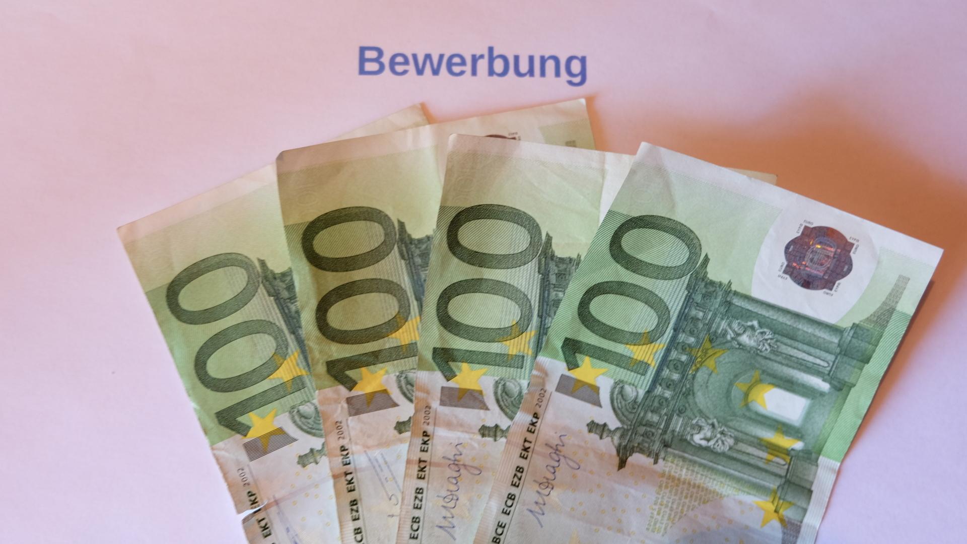 Bewerbungsgebühr-100 Euro Scheine-Geld-Bewerbungsschreiben.