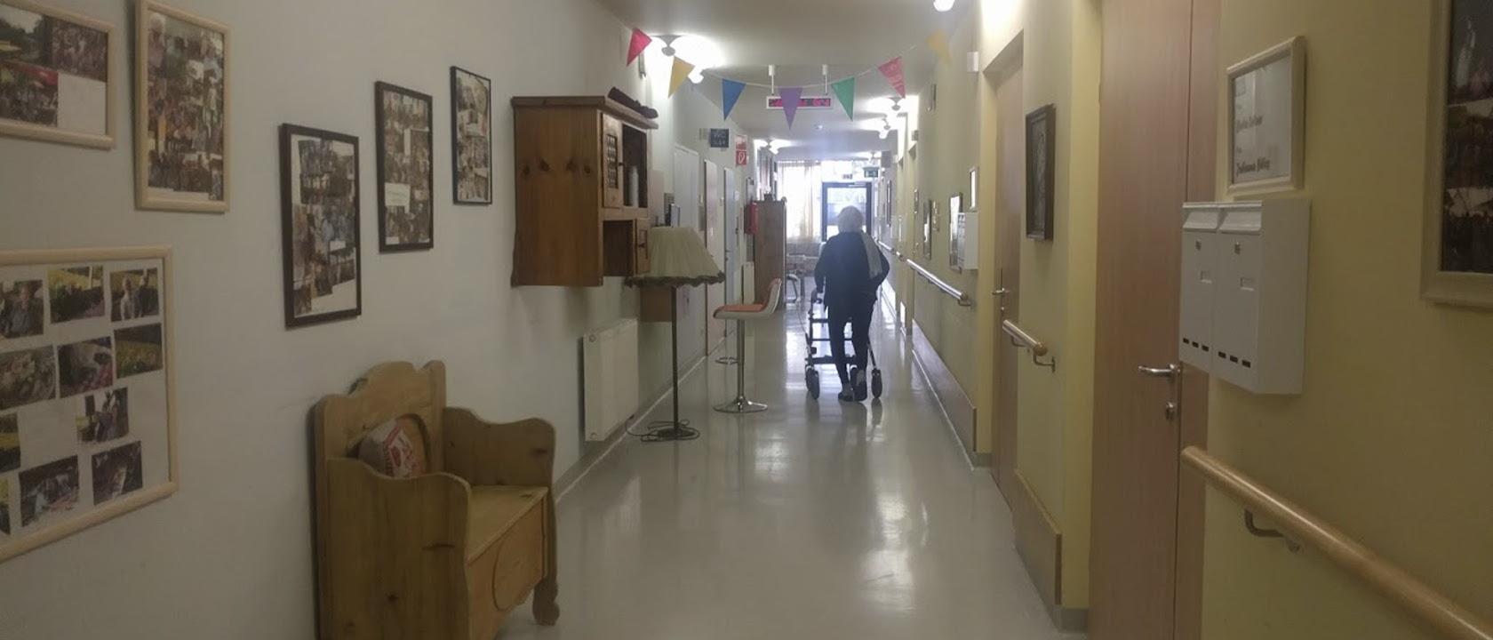 Pflegeheim-Gang-Rollator-Bewohner-Graz