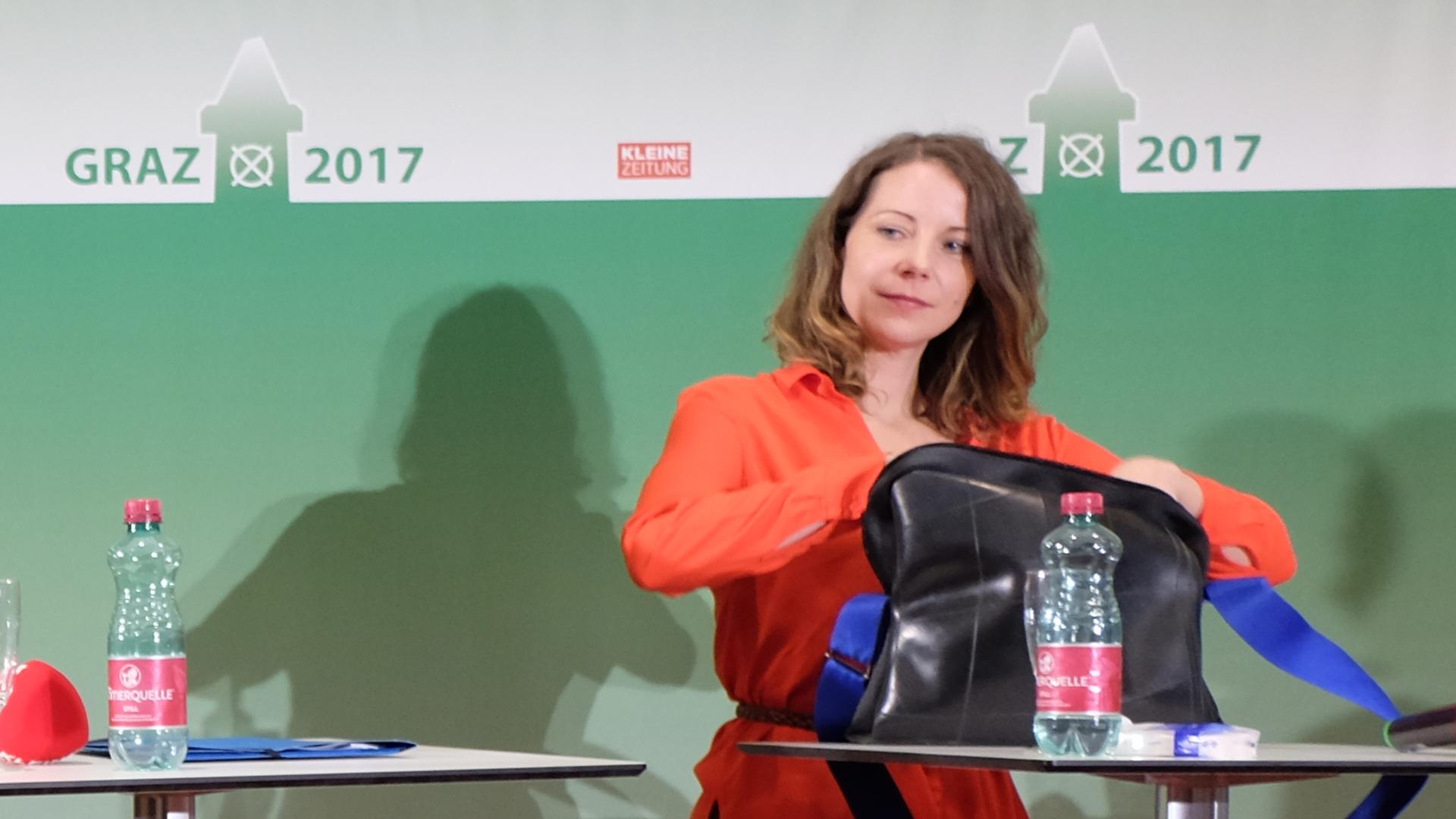 Tina-Wirnsberger-packt-Tasche-Kleine-Zeitung-Arena-2017