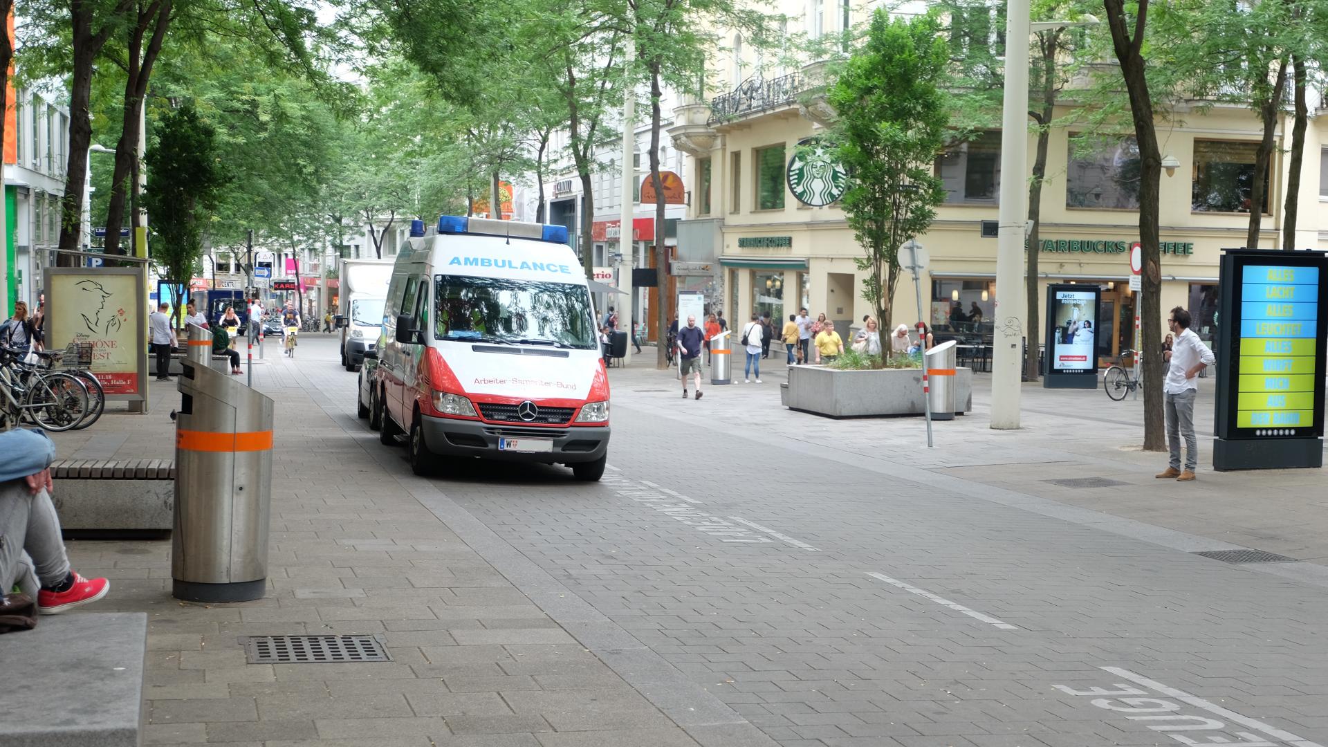 Mariahilferstraße-Ambulanz-Wagen-Wien-2018-Fußgängerzone