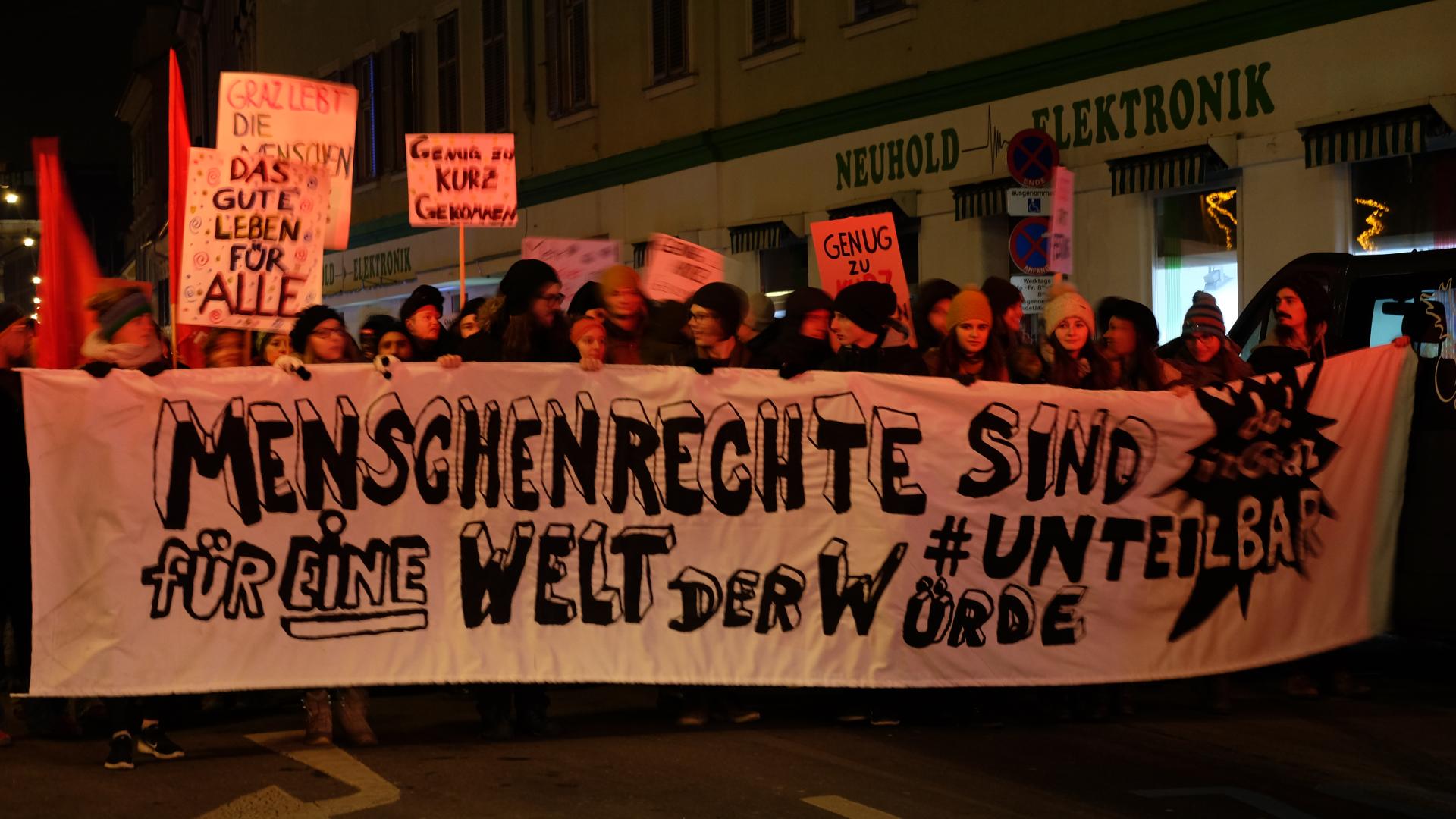 Zweite Donnerstagsdemo-Menschenrechte-Transparent-unteilbar-Graz