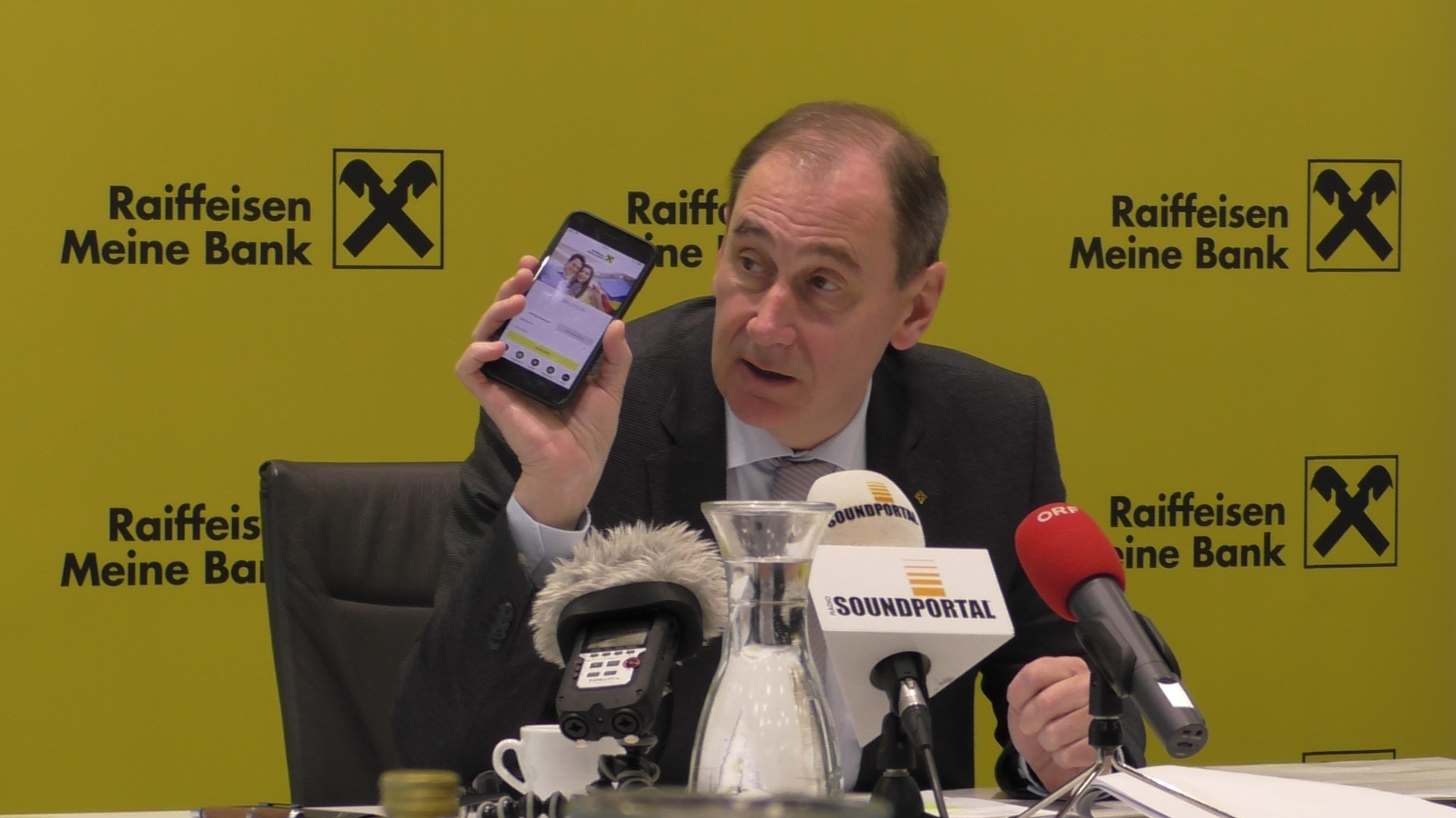Martin Schaller-Raiffeisenlandesbank-Smartphone